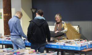 Boekenmarkt People2People trekt tientallen bezoekers